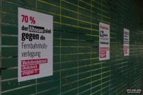 Ansonsten hängen noch ein paar Protestplakate an den Wänden...