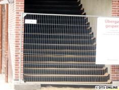 """Doch was steht dem im Wege? Diese neuen Treppen""""fliesen""""? Sie sind noch abgedeckt."""