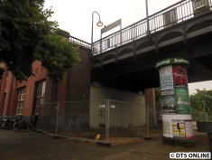 Hier ungefähr entsteht der Aufzug zum Bahnsteig in Richtung Berliner Tor