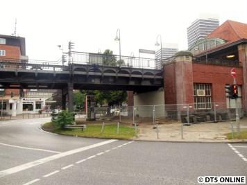 Das Ende der Haltestelle ist bereits wieder eine Brücke. Mit ihr wird der Aufzug verbunden.