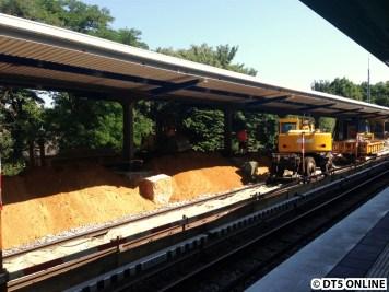 Von den Schienenbaggern werden derartige Sandhaufen sowie die Dachpfeilerfundamente übrig gelassen.