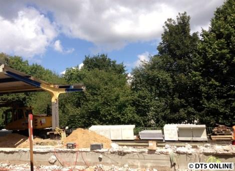 Und hier wurde das Dach entfernt. Gut zu erkennen: Es stehen bereits Bahnsteigkanten am hinteren Gleis.