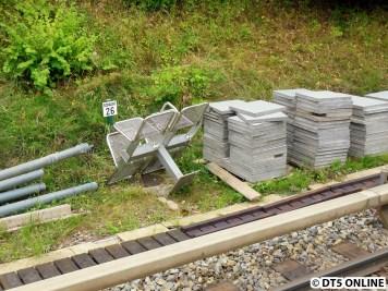 Hinter dem Volksdorfer Gleis lagern Sitzbänke und Bodenplatten