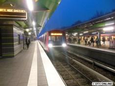 Der Zug wird entleert und trifft in der Abstellanlage an den eben vorausgefahrenen DT5