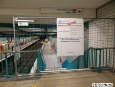 Ein Zaun hält die Fahrgäste vom Bahnsteig fern. Man solle bitte weiter bis zur Haltestelle Hammer Kirche fahren, um in Richtung Billstedt fahren zu können.
