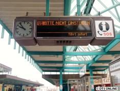 Während der DT4 immernoch warten muss, wird eine U1 nach BITTE NICHT EINSTEIGEN mit der Abfahrtszeit Sofort angezeigt...