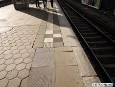 Teilweise wurden neue Blindenleitstreifen verlegt, die Bahnsteigkante erneuert(?), Jedenfalls ist dieses Schachbrett, welches bei der S-Bahn die jeweils erste Tür am Zug anzeigt, völlig deplaziert. Es sieht so aus, als wären sie in Zugmitte (man muss beachten, dass der Zughalt momentan verlegt ist. Fakt ist aber, dass die Schachbretter nicht in der Nähe des Zughaltes sind!)
