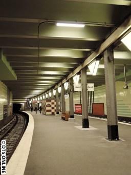 Im Bereich der Bahnsteigmitte, wo seit einiger Zeit die Metallplatte ist (vorher das Loch im Bahnsteig inkl. Mauer unten drin) wurden Kabel an der Decke umverlegt. Um einen möglichen Aufzug herum. Der sollte hier entstehen, doch dagegen gab es Bürgerproteste. Mal sehen, was kommen wird...