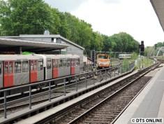 Der Arbeitszug fährt über das Anschlussgleis nach oben. Seltenes Bild. Der DT3 endet in Ohlsdorf und muss warten, bis das Gleis frei wird.