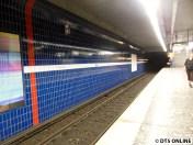 Das östliche Bahnsteigende ist blau gefliest.