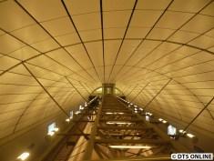 Blick in die Bahnsteighalle von der Schalterhallenebene