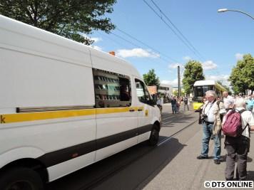 Es folgten noch zwei Servicefahrzeuge der BVG sowie ein Polizeiwagen. Der gesamte Fahrzeugkorso wurde von Polizeimotorrädern begleitet