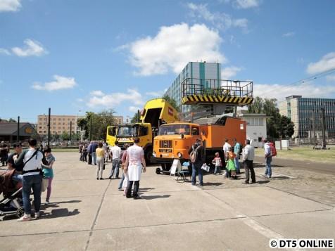 """Turmwagen IFA W50 TW/S der BVB. """"Der Turmwagen (...) ist ein mobiles Arbeitsgerät und wurde speziell für die Montage und Instandhaltung von Fahrleitungsanlagen in den Nahverkehrsbetrieben der DDR entwickelt."""" Er ist mit einer Schieneneinrichtung versehen und kann so auch auf gleiseigenen Bahnkörpern auf bis zu 5,60m ausgefahren werden."""