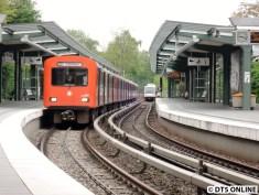 Fotos vom anderen Bahnsteig sind reine Glückssache, denn der DT2 kommt, wenn der Plan-DT4 Richtung Ohlsdorf ausfährt...