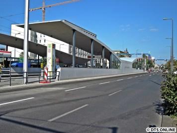 ... Haltestelle Hauptbahnhof. Die Haltestelle wies erhebliche Mängel auf, weshalb die M5 zunächst an einem provisorischen Bahnsteig halten musste. Auch war die Strecke über die Invalidenstraße noch nicht in Betrieb.
