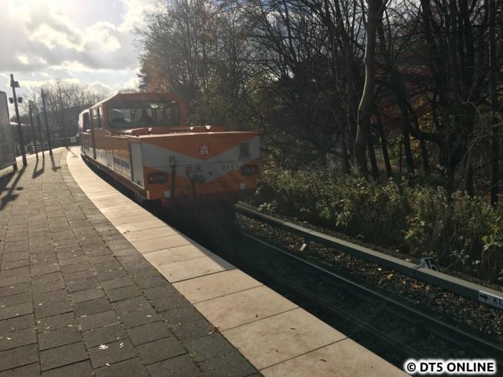 Und der Zug zieht von dannen... Über Kellinghusenstraße geht es nach Barmbek, wo der Zug dann hinunter in die Werkstatt geschoben / gezogen wird...