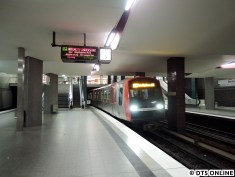 Am 1. November war interner Fahrplanwechsel bei der HOCHBAHN und seitdem sollen drei DT5 auf der U4 fahren. An besagtem Tag wurden noch keine eingesetzt, da auf der U1 gebaut wurde (Personalplantechnisch wirkt sich das auch auf die U4 aus), sodass erst am 2. November die ersten DT5 auf die U4 kamen. Hier setzt pünktlich um 5:28 Uhr der erste Plan-U4-DT5, bestehend aus den Fahrzeugen 313 und 325, am Berliner Tor ein, am ersten Tag fuhren noch nur 2 Züge. Ab Dienstag dann alle drei.