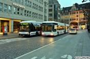 Am Rathausmarkt schnell noch ein Treffen zwischen XXL-Bus und Irvine