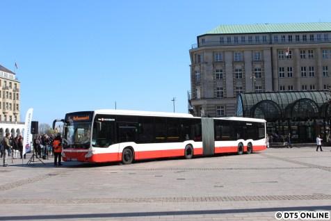 An einem der beiden neuen CapaCity L stellte die HOCHBAHN das neue WLAN-Pilotprojekt auf dem Rathausmarkt vor