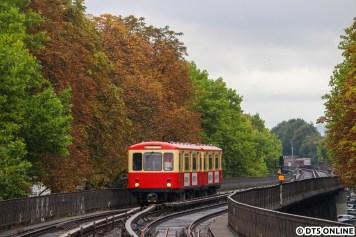 Der Hanseat auf dem Isestraße-Viadukt: Während ein DT5 im Hintergrund die Haltestelle Hoheluftbrücke bereits erreicht hat, nähert sich der aus einem DT1 umgebaute Salonwagen der Haltestelle Eppendorfer Baum.