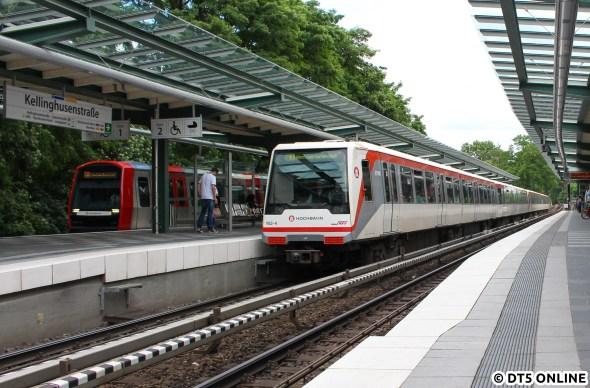 Zwei Linien, ein Ziel? Zuletzt 2009 sah man sowas mit U2 und U3 nach Barmbek oder Berliner Tor, wobei das selbe Ziel nie an einem Bahnsteig mit beiden Linien erreicht werden konnte. So aber am 26. Juni, als die U1 aufgrund von Bauarbeiten zwischen Wandsbek-Gartenstadt und Farmsen nur eingeschränkt durchfahren konnte… DT5 309 als U3 und DT4 162 als U1, beide mit Zugziel Wandsbek-Gartenstadt fahren gerade in die Haltestelle Kellinghusenstraße ein. Die U3 braucht übrigens neun Minuten länger dorthin.