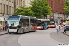 Zufälle gibts immer wieder: VHH 1691 + HOCHBAHN 1692 - beides Batteriebusse, die per Stromabnehmer geladen werden.