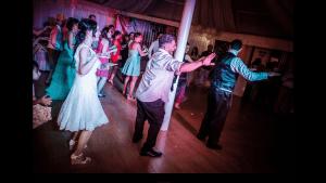 Haciendo que bailen los novios