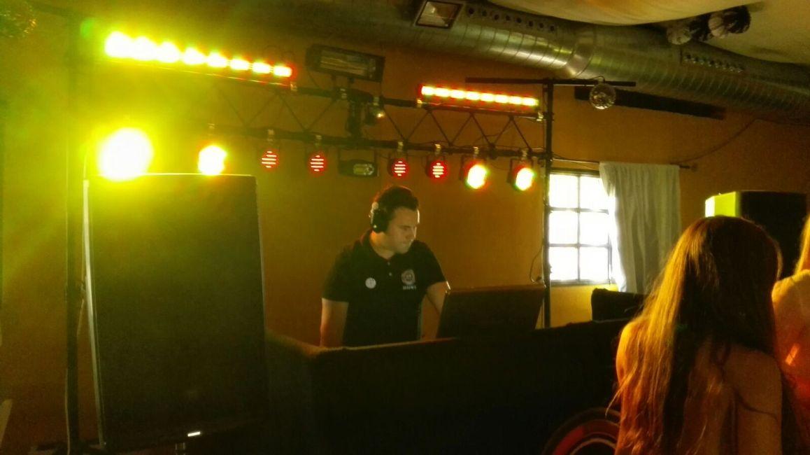 Duke DJ trabajando en un evento
