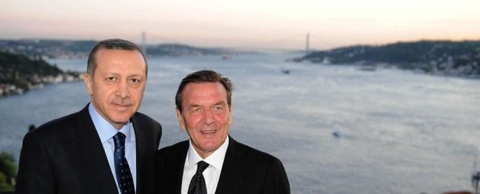 Sozialdemokrat Schröder besucht Parteitag konservativer AKP