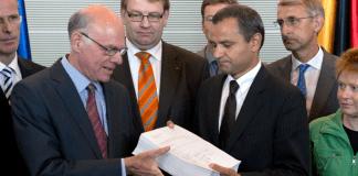 Sebastian Edathy übergibt Norbert Lammert den Abschlussbericht des NSU-Untersuchungsausschusses.