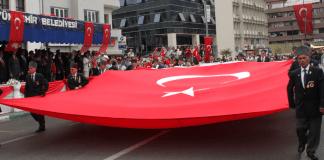 Türken feiern in Bursa den Tag des Sieges.