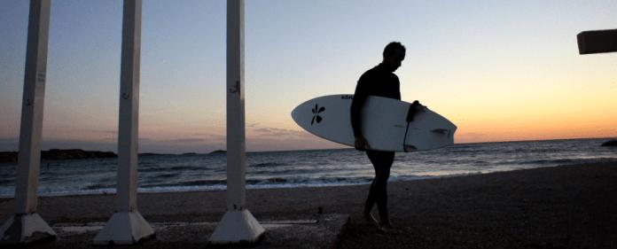 Ein Surfer am Strand von Sanary Sur Mer im Süden von Marseille.