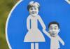 Blick am 23.09.2013 in Berlin Mitte auf ein verfremdetes Straßenschild, welches das Verhältnis von Bundeskanzlerin Angela Merkel (CDU) und Wirtschaftsminister Philipp Rösler (FDP) karikiert.
