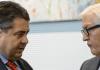 Der SPD-Vorsitzende Sigmar Gabriel (l) und SPD-Fraktionschef Frank-Walter Steinmeier unterhalten sich am 24.09.2013 in Berlin vor Beginn der Fraktionssitzung ihrer Partei.