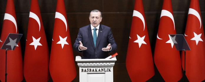 Der türkische PM Recep Tayyip Erdogan stellt das erwartete Demokratiepaket vor