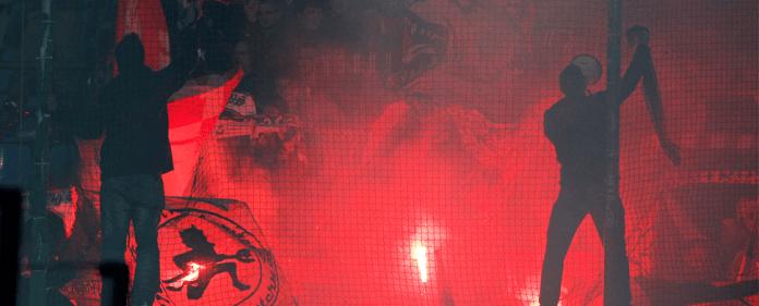 Fans aus Kaiserslautern zünden beim Zweitligaspiel in Bochum bengalische Feuer.