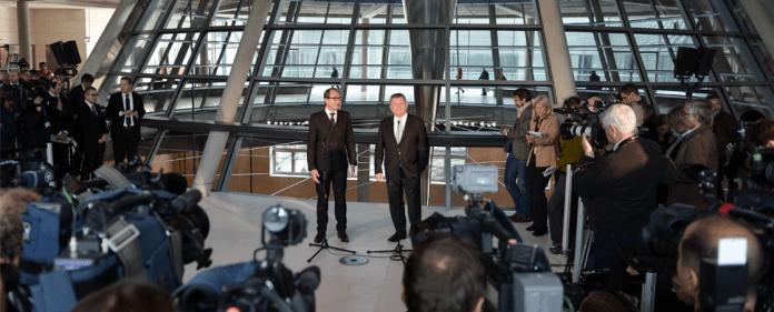 Die Generalsekretäre Alexander Dobrindt (CSU, l) und Hermann Gröhe (CDU) äußern sich am 04.10.2013 nach den Sondierungsgesprächen zwischen den Unionsparteien und der SPD im Reichstagsgebäude in Berlin über die Verhandlungen.