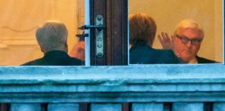 Bayerns Ministerpräsident Horst Seehofer (CSU, l), Bundeskanzlerin Angela Merkel (CDU, M) und der SPD-Fraktionsvorsitzende Frank-Walter Steinmeier (SPD) sitzen am 14.10.2013 bei den Sondierungsgesprächen zwischen den Unionsparteien und der SPD in der Parlamentarischen Gesellschaft in Berlin zusammen.