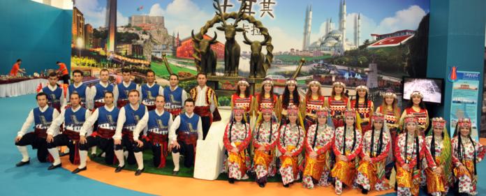 Türkische Folkloretänzer auf dem Foodfestival in Shanghai.
