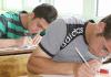 Schüler bereiten sich in einer Dershane auf eine schriftliche Prüfung vor.