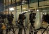 Zahlreiche Fernsehkameras sind in der Nacht zum 27.11.2013 während der Koalitionsverhandlungen von CDU/CSU und SPD im Hof des Willy-Brandt-Hauses in Berlin an den Absperrgittern aufgebaut - dpa