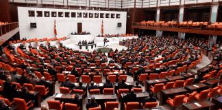 Im Korruptionsskandal in der Türkei hat die regierende AKP-Führung gegen drei kritische Abgeordnete ein Ausschlussverfahren eingeleitet.