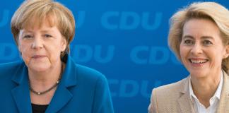 Ursula von der Leyen (r, CDU) und die amtierende Bundeskanzlerin Angela Merkel (CDU) sitzen am 16.12.2013 vor Beginn der Vorstandssitzung in der Parteizentrale in Berlin nebeneinander.