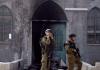 Israelische Soldaten vor einer Moschee