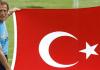 Christoph Daum hält die türkische Flagge hoch.