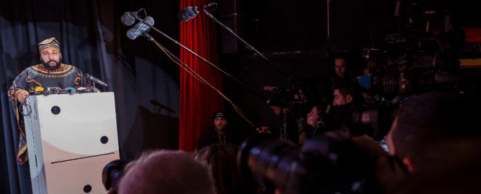 Der französische Komiker Dieudonne vor Journalisten.