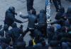 Polizisten und Protestierende in Hamburg