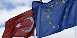 Türkei und EU Flagge nebeneinander.