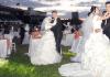 Paare tanzen nach der Hochzeit.