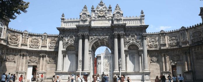 Das Außentor des Dolmabahce-Palastes in Istanbul.
